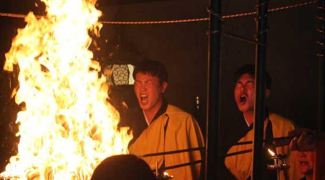 最福寺で護摩行を行う堂林(左)と会沢