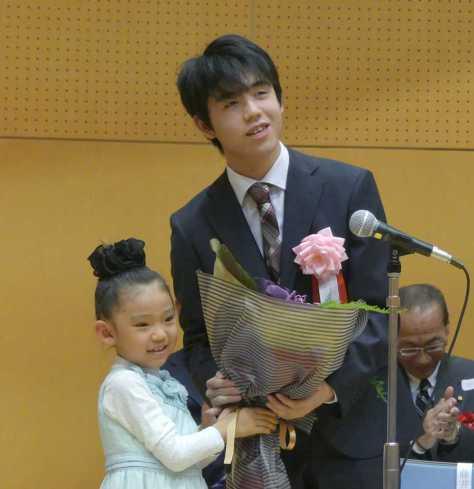 「藤井聡太七段を応援する会」で6歳の女の子から花束を贈呈される藤井聡太七段