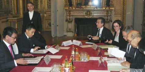 会談に臨む河野外相(左端)とフランスのルドリアン外相(右端)=11日、パリ(共同)