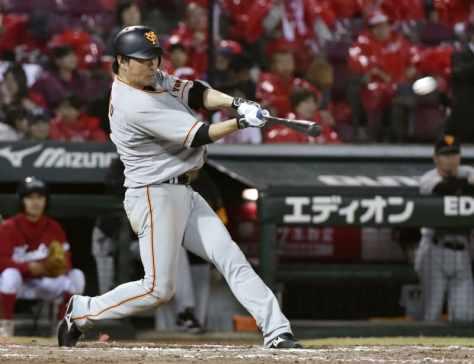 2018年10月、広島戦で本塁打を放つ巨人・長野=マツダ