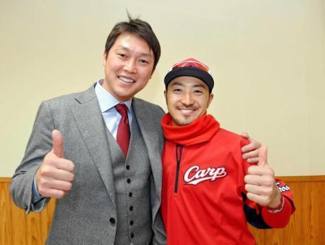デイリースポーツ評論家・新井貴浩氏(左)と笑顔でサムアップする菊池涼