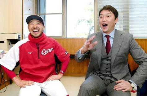 笑顔で対談する菊池涼(左)とデイリースポーツ評論家・新井貴浩氏