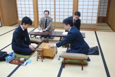 対局に臨んだ藤井聡太七段(左)、久保利明九段(撮影・松浦隆司)
