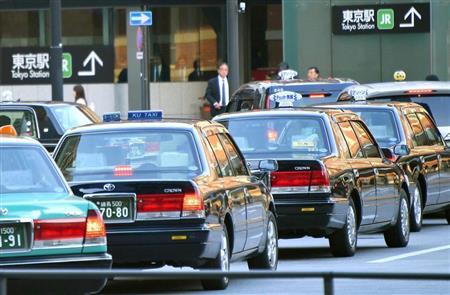 東京駅周辺には多くのタクシーが集まっていた=20日午後、東京都千代田区