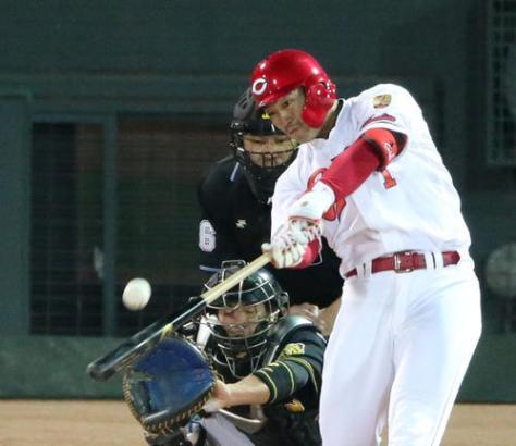 広島対阪神 4回裏広島無死、鈴木は左越え本塁打を放つ(撮影・上山淳一)