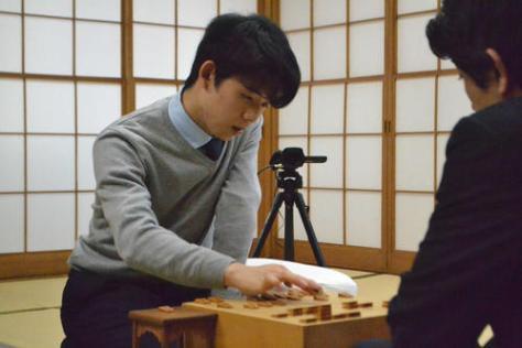 森内俊之九段(右)を下して新年度の初戦を白星で飾った藤井聡太七段
