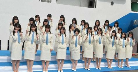 劇場船STU48号の就役式に出席し、笑顔でガッツポーズするSTU48の岡田奈々(前列中央左)瀧野由美子(同右)ら