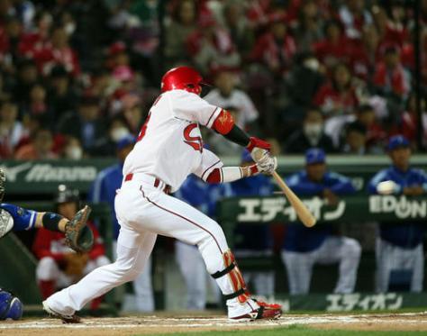 8回裏広島2死一、二塁、西川は中前適時打を放つ(撮影・栗木一考)
