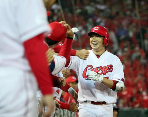 広島対中日 3回裏広島無死、長野は右越えにソロ本塁打を放ちベンチ前でナインの出迎えを受ける(撮影・栗木一考)