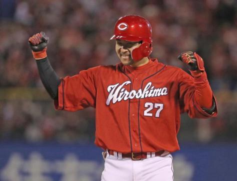9回、左前適時打を放ち塁上でガッツポーズする広島・会沢=神宮球場