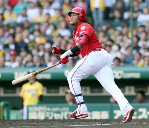 阪神対広島 9回表広島1死二塁、先制の左越え2点本塁打を放つサビエル・バティスタ(撮影・前田充)