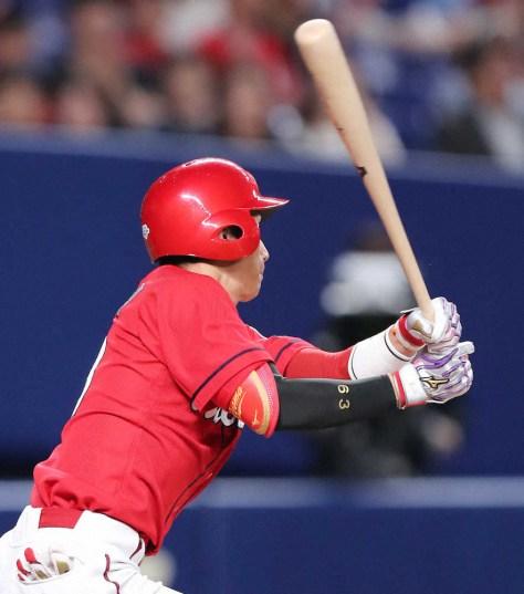 10回1死満塁、西川は走者一掃の3点適時三塁打を放つ(撮影・椎名 航)