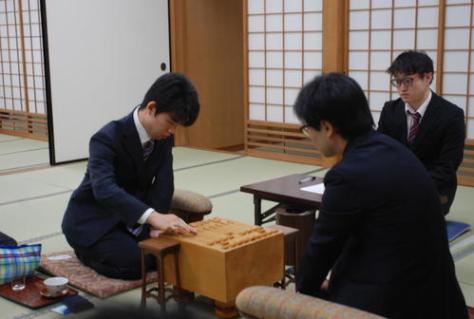 令和初戦で初手を指す藤井聡太七段(左)と北浜健介八段(撮影・松浦隆司)