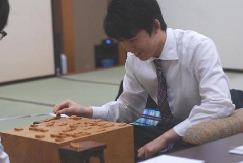 令和初戦を白星で飾った藤井聡太七段(撮影・松浦隆司)