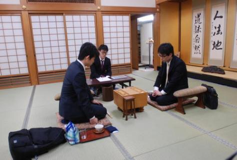 令和初戦に臨んだ藤井聡太七段(左)と北浜健介八段(撮影・松浦隆司)