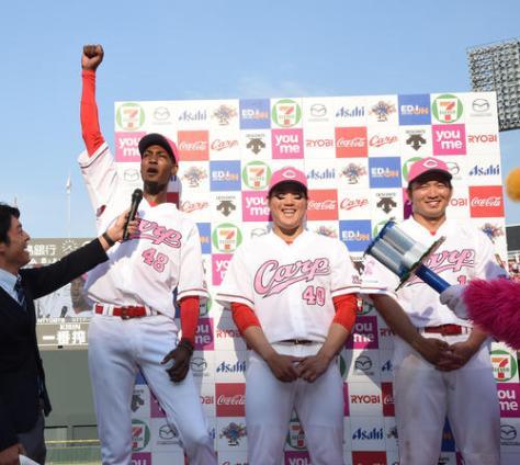広島対DeNA ヒーローインタビューで「お母さんやったぞー」と叫ぶアドゥワ(左)、中央は磯村、右は鈴木(撮影・奥田泰也)
