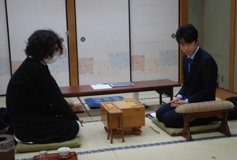 振り駒の結果を見る牧野光則五段(左)と藤井聡太七段(撮影・松浦隆司)