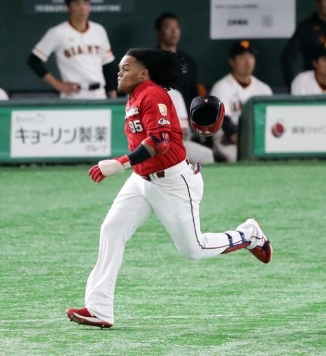 巨人対広島 1回表広島1死一塁、バティスタは三塁内野安打を放って、ヘルメットを飛ばしながら一塁に激走する(撮影・浅見桂子)