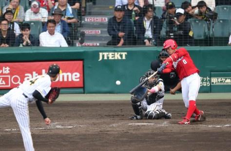 5月18日、9回2死、上本は右前に今季初安打を放つ。投手能見(撮影・北條 貴史)