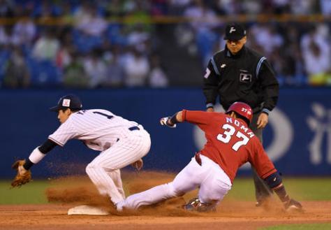 ヤクルト対広島 3回表広島無死、左前打を放った野間はバレンティンが捕球でもたつく間に二塁へ進塁する(撮影・横山健太)