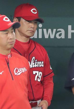 厳しい表情で試合を見守る緒方監督(左から2人目)