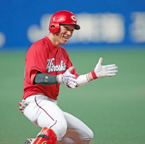 延長10回、勝ち越しとなる適時三塁打を放ち手をたたいて喜ぶ西川