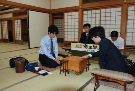 17歳初白星を目指す藤井聡太七段(左)、豊島将之名人(撮影・松浦隆司)