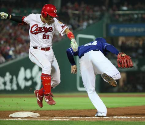 7回裏広島無死、小園海斗はダヤン・ビシエド・ペレスの悪送球で出塁する(撮影・栗木一考)