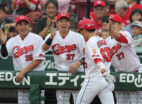 1回裏、先頭打者本塁打の西川を迎える野間(中央左)、会沢(右端)ら