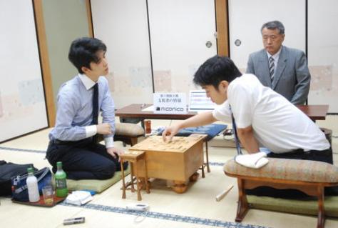 感想戦を行う藤井聡太七段(左)、村山慈明七段(右)(撮影・松浦隆司)