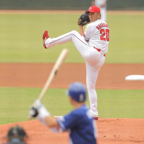 1回無死、引退登板で、大島洋平(手前)に投球する永川勝浩