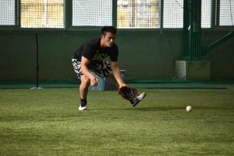室内練習場でゴロ捕球を行う田中広