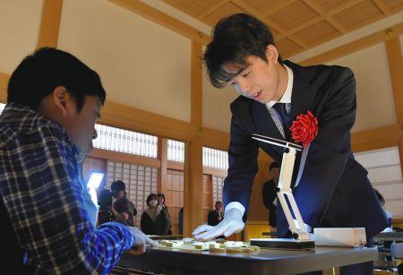 指導対局をした子どもにアドバイスをする藤井聡太七段