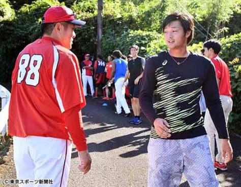 佐々岡監督(左)と話す床田