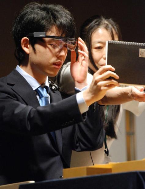 名古屋市内で行われた将棋イベントの特別対局に臨む前、アイトラッキングの装置をつける藤井聡太七段(撮影・松浦隆司)