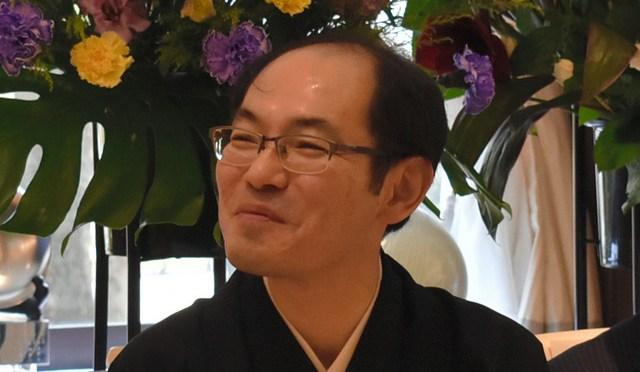 王位就位式で来賓の祝辞に満面の笑みを浮かべる木村一基王位=東京都千代田区