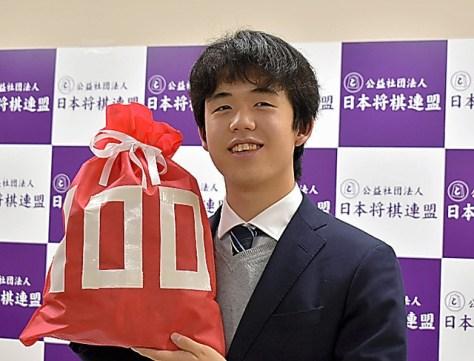 100勝達成の記者会見で記念撮影に応じる藤井聡太七段=2018年12月12日