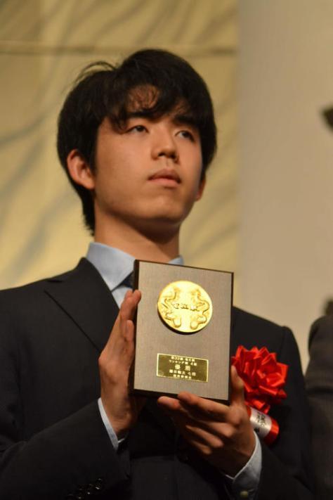 第32位竜王就位式で4組優勝者として表彰された藤井聡太七段