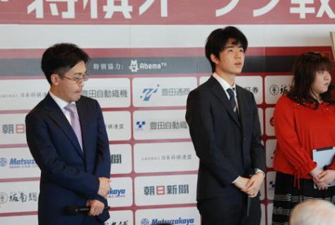 終局後、大盤解説会場に登場した藤井聡太七段(右)、菅井竜也七段(撮影・松浦隆司)