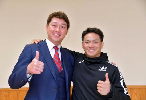 今シーズンの活躍に太鼓判を押され、デイリースポーツ評論家・新井氏(左)と笑顔を見せる田中広輔(撮影・立川洋一郎)