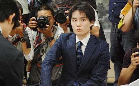 2017年7月、藤井聡太四段に対峙する佐々木勇気五段(段位は当時)。(村瀬信也撮影)
