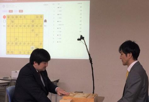 リコーが開発した棋譜記録システムの試行の様子。左は鈴木大介九段、右は西尾明七段=東京都渋谷区の将棋会館で2019年6月20日午後3時22分、丸山進撮影