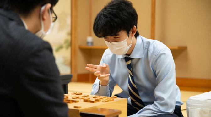 感想戦をする藤井聡太七段(日本将棋連盟提供)