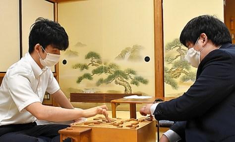 藤井聡太棋聖(左)は元A級の鈴木大介九段に勝った=7月29日、東京都渋谷区