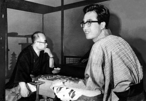 大山康晴王位(左)からタイトルを奪い、笑顔の内藤國雄新王位=1972年