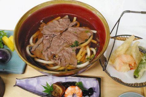 第3局の「勝負めし」に頼んだ「肉うどん」。神戸牛がふんだんに使われている