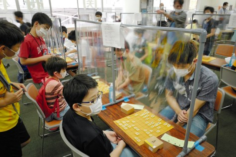 関西将棋会館2階の道場は、新型コロナウイルス対策の「対局用対面シールド」を導入するなどして、慎重に営業している=2020年6月6日、大阪市福島区の関西将棋会館、矢木隆晴撮影
