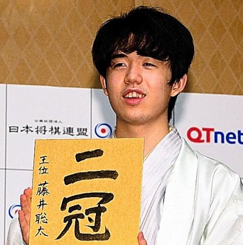 王位獲得の直後、記者会見に臨む藤井聡太二冠=8月20日、福岡市