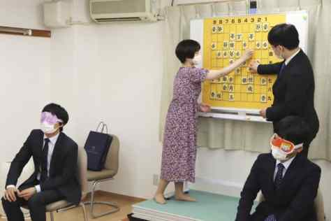 目隠しした状態で対局を行うプロ棋士(手前)=2020年8月、東京都台東区