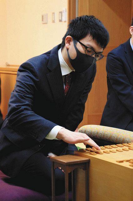 第70王将戦7番勝負の第3局に臨む永瀬王座。タイトル戦でもスーツ姿で臨むことが多い(日本将棋連盟提供)
